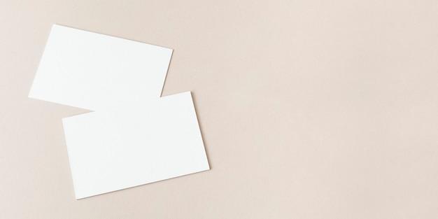 Leere visitenkarten auf beige social banner