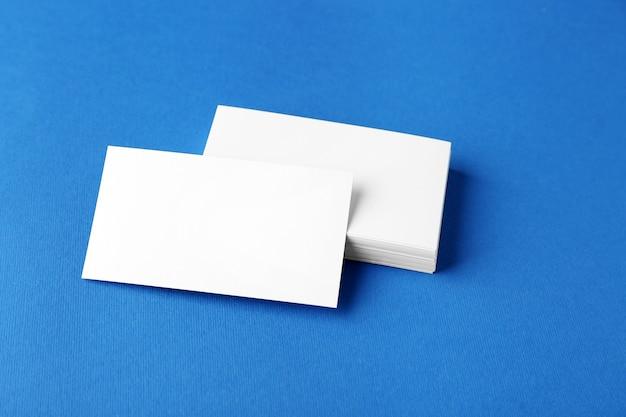 Leere visitenkarten auf blauem tisch