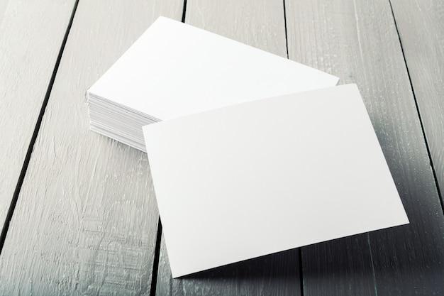 Leere visitenkarten auf einem hölzernen hintergrund