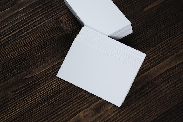 Leere visitenkarten auf holz