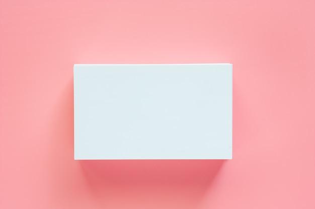 Leere visitenkarten auf rosa hintergrund
