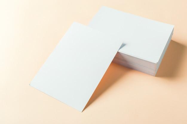 Leere visitenkarten aus papier