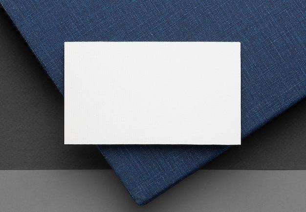 Leere visitenkarten des firmenkopierraums auf blauem tisch