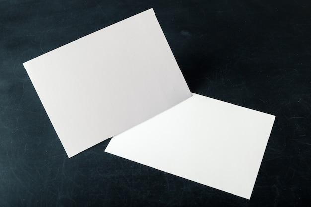 Leere visitenkarten des unterstützten papiers auf dem stapel