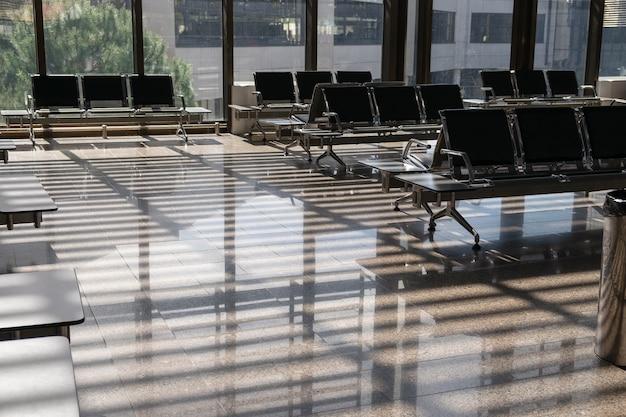 Leere wartehalle am flughafen oder bahnhof am sonnigen tag.
