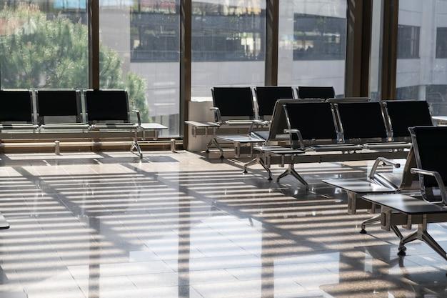 Leere wartehalle am flughafen oder bahnhof