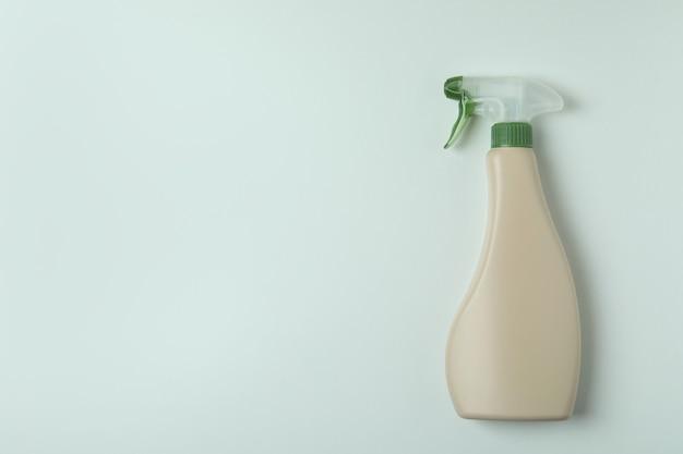 Leere waschmittel-sprühflasche auf weißem hintergrund