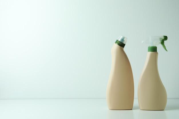 Leere waschmittelflaschen auf weißem isoliertem hintergrund, platz für text