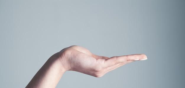 Leere weibliche handfläche als ständer