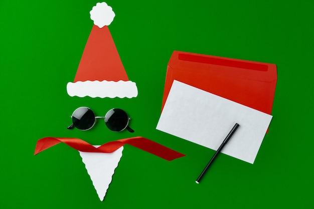 Leere weihnachtsgrußkarte mit festlichen dekorationen