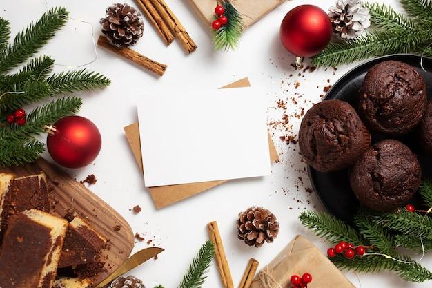 Leere weihnachtsgrußkarte mit leckerem dessert