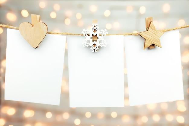 Leere weihnachtsgrußkarten, die an weinlesewäscheleine hängen
