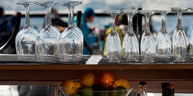 Leere weingläser und champagnerflöten am barzähler, pfeifer, britisch-columbia, kanada