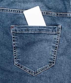 Leere weißbuchkarte in der gesäßtasche der blue jeans