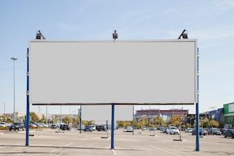 Leere weiße Anschlagtafel auf dem Parkplatz