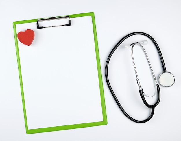 Leere weiße blätter und medizinisches stethoskop