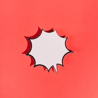 Leere weiße explosionsspracheblase auf rotem hintergrund