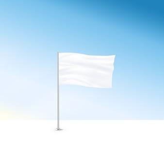 Leere weiße flagge stehen am blauen himmelhintergrund