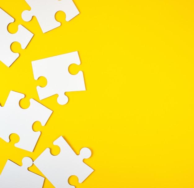 Leere weiße große puzzlespiele auf gelb