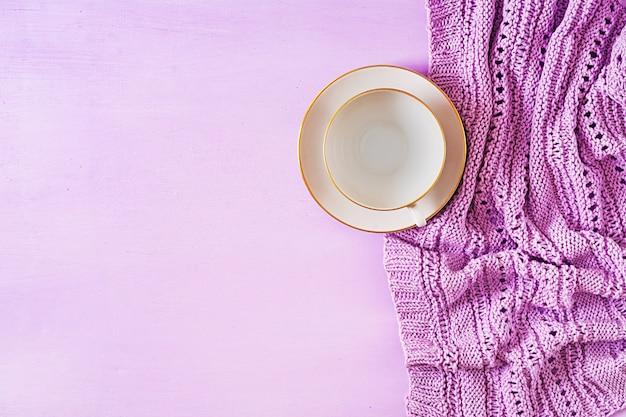 Leere weiße kaffeetasse auf violettem hintergrund
