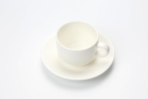 Leere weiße kaffeetasse auf weißem hintergrund