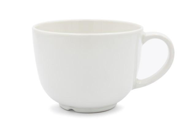 Leere weiße kaffeetasse aus keramik isoliert auf weißem hintergrund