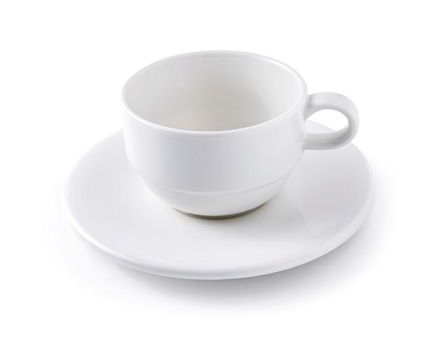 Leere weiße kaffeetasse mit untertasse isoliert auf weißem hintergrund.