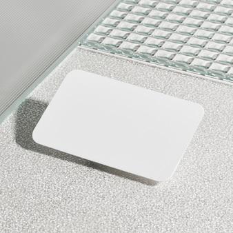 Leere weiße karte auf musterglas