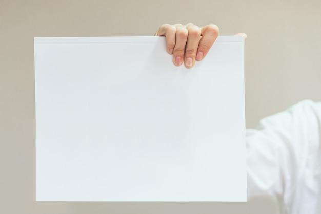 Leere weiße karte des geschäftsfrau-griffs. für textbanner.