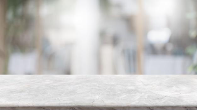Leere weiße marmorstein-tischplatte und verwischen glasfenster-innenlobby und flurweghintergrund