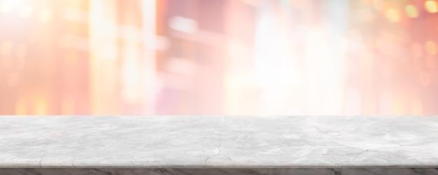 Leere weiße marmorstein-tischplatte und verwischen glasfensterinnencafé und restaurantfahne verspotten abstrakten hintergrund.