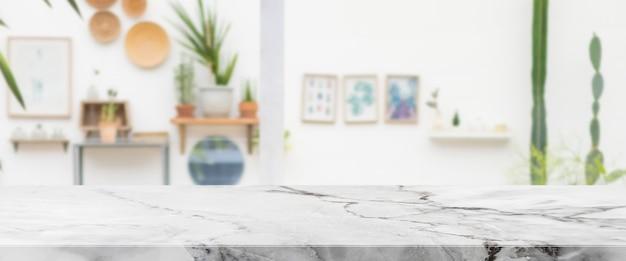 Leere weiße marmorsteintischplatte und innenraum des café- und restaurantbanners verspotten abstrakten hintergrund - kann für die anzeige oder montage ihrer produkte verwendet werden.