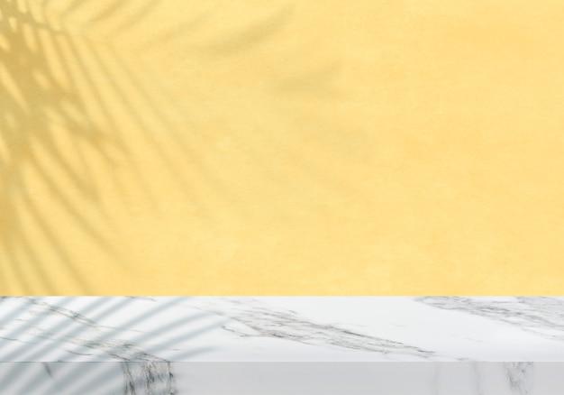 Leere weiße marmortischplatte mit pastellgelbem produkthintergrund des schattens