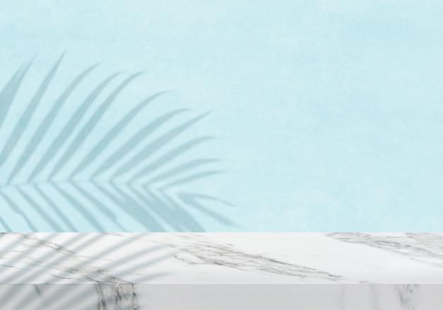 Leere weiße marmortischplatte mit schattenblauem texturhintergrundprodukthintergrund