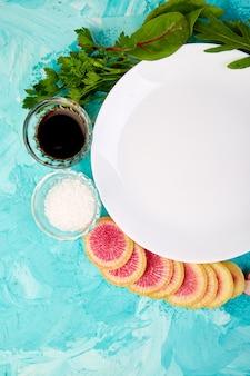 Leere weiße platte. zutat und salat