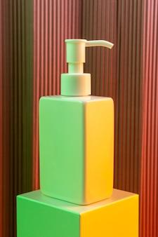 Leere weiße pumpflasche der hautpflege mit neonlicht