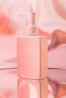 Leere weiße pumpflasche der hautpflege mit rosa neonlicht