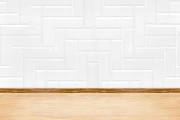 Leere weiße saubere keramikfliesenwand und holzbodenhintergrund