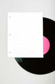 Leere weiße seite auf vinylschallplatte gegen hintergrund