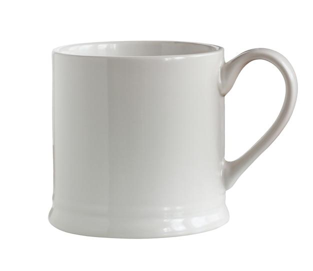 Leere weiße tasse isoliert auf weißem hintergrund mit einem beschneidungspfad eine tasse ohne mustergeschirr