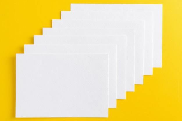 Leere weiße visitenkarten in reihe gestapelt