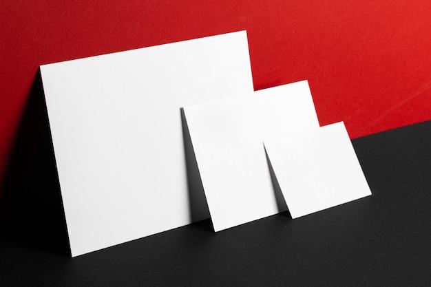Leere weiße visitenkarten und poster