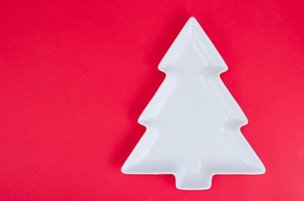 Leere weiße weihnachtsbaumplatte für tabellenweihnachtsfestliche einstellung.
