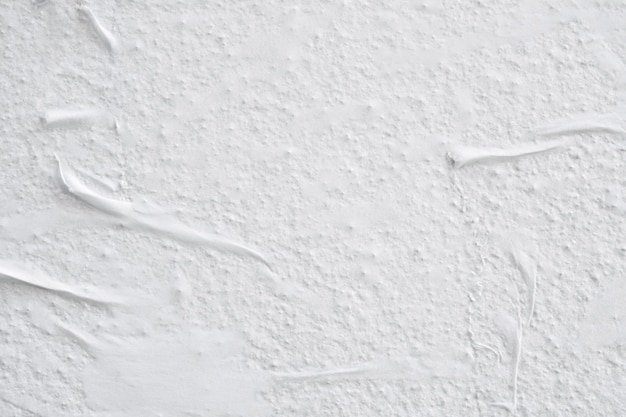 Leere weiße zerknitterte zerknitterte zerrissene papierplakat-texturoberfläche