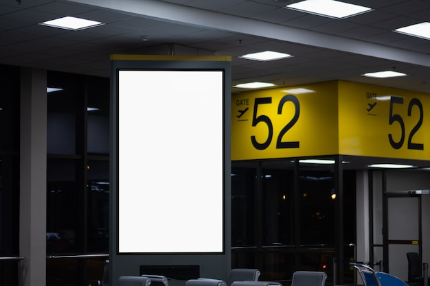 Leere werbungsanschlagtafel am flughafen.