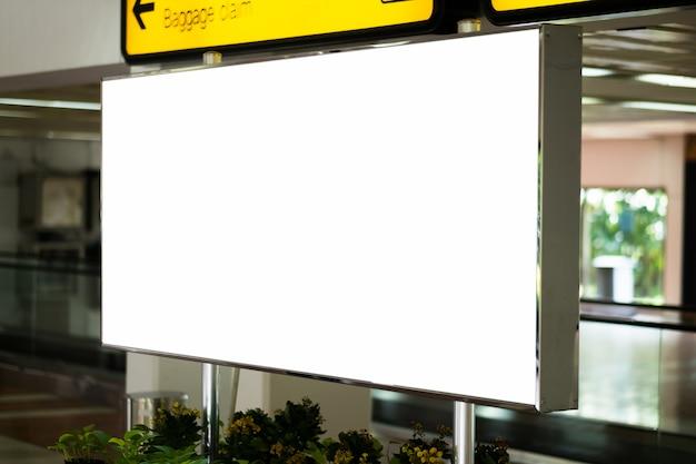 Leere werbungsanschlagtafel am flughafen