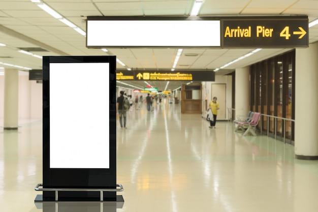 Leere werbungsanschlagtafel im flughafen