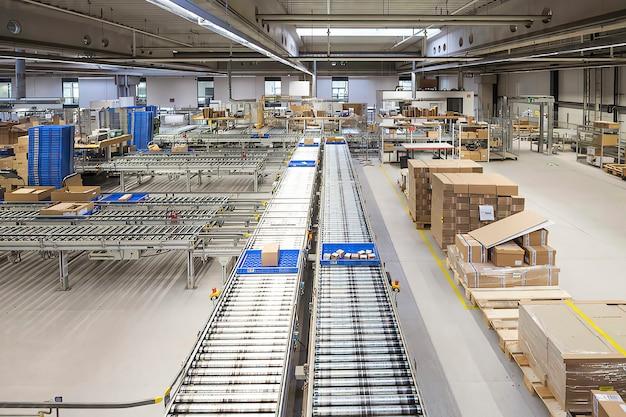 Leere werkstatt einer modernen fabrik mit förderband