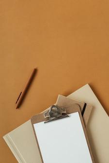 Leere zwischenablage mit leerem kopierraum, stift auf ingweroberfläche