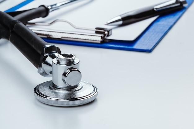 Leere zwischenablage mit modernen stethoskop